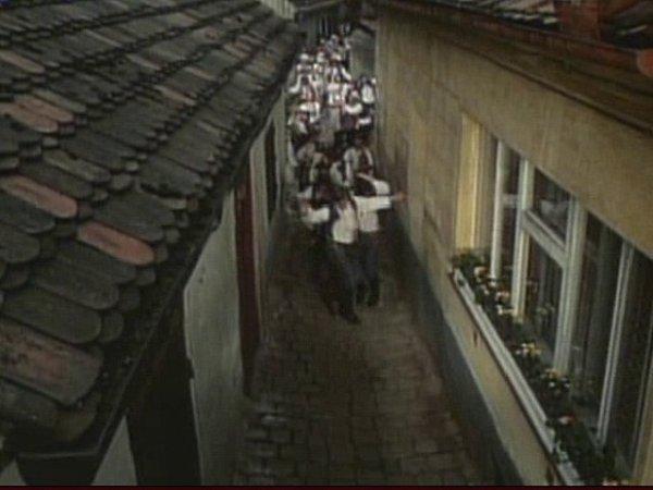 Úzká ulice, jak ji zachytil film Talíře nad Velkým Malíkovem. Část domů na snímku už nestojí.