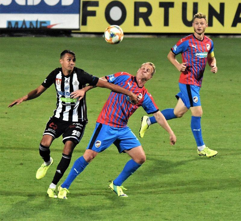 Fotbalisté Dynama v 10. kole FORTUNA:LIGY se v sobotu večer střetli na Střeleckém ostrově s Viktorií Plzeň a přes veškerou snahu favorizovanému soupeři podlehli možná až trošku příliš krutě 0:3.