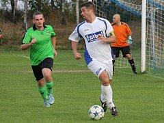 Exligový Jan Gruber (u míče) v dresu Boršova nad Vltavou, který na podzim v okresním přeboru neprohrál.