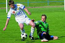 Milevsko v divokém utkání přestřílelo v divizi na svém hřišti fotbalisty z Domažlic 5:4 (na snímku z tohoto utkání milevský Málek se snaží uniknout hostujícímu Radovi).