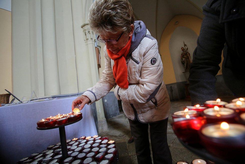 Kříže z loňského Hrkání lemují vnější zeď  hlubockého kostela Jana Nepomuckého.