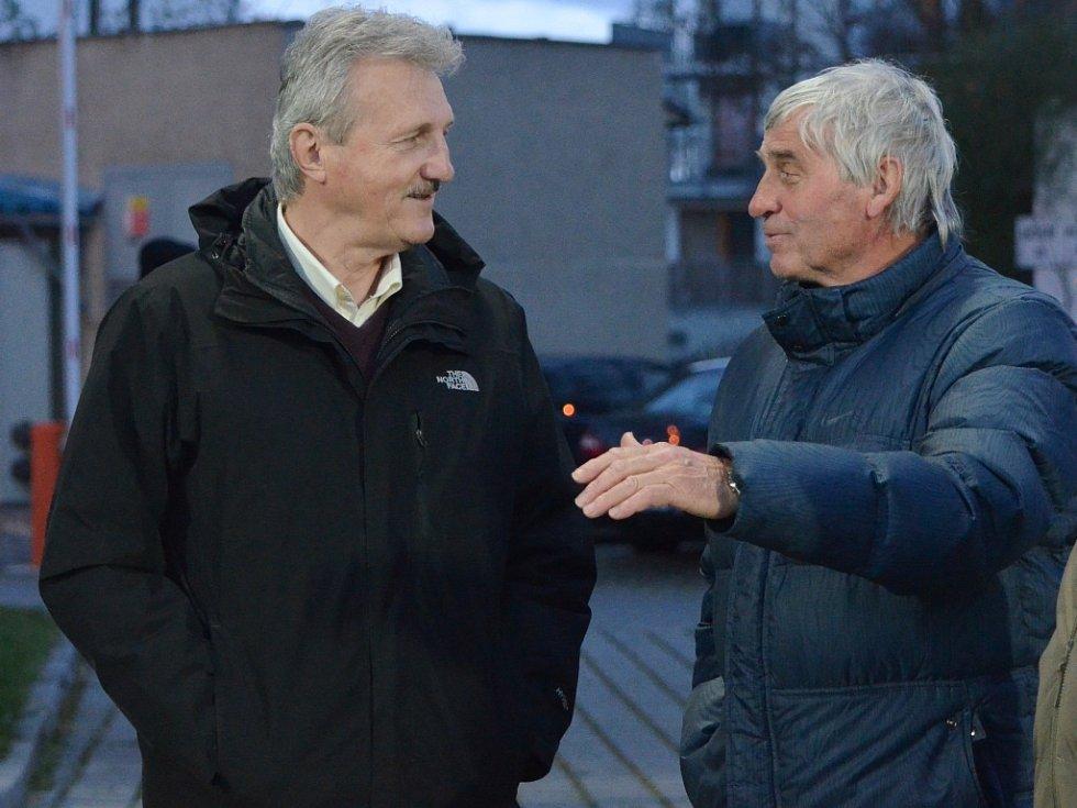 Josef Frydrych (vlevo) slaví v pondělí sedmdesátku (na snímku na stadionu Dynama v hovoru s s dalším bývalým budějovickým fotbalistou Ladislavem Novákem).