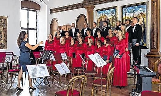 Krumlovští zazpívají Rybu usousedů.