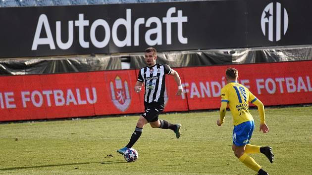 Benjamin Čolič uniká teplickému Robertu Juklovi: Dynamo ČB - Teplice v I. lize 2:0.