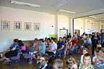 Se spolužáky z nižších ročníků i učiteli se v pátek loučili deváťáci ze Základní školy v Horní Stropnici. Ti také nafotili své tablo.