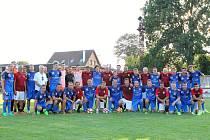 Fotbalisté SK Planá (v modrém) na společné fotografii s bývalými hráči Sparty Praha.