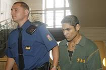 Milan Pohlodko jde do soudní síně.