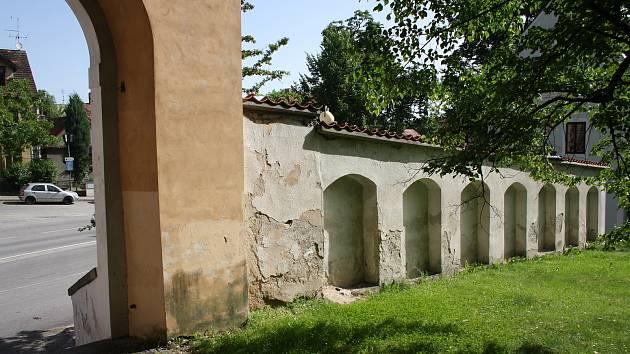 Poutní areál kostela v Římově a známá křížová cesta.