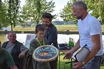 """Šestý ročníku """"pytlačení"""" na Lundárku, které uspořádala obec s podporou Skupiny ČEZ, se zúčastnilo 32 dospělých a 16 dětí."""