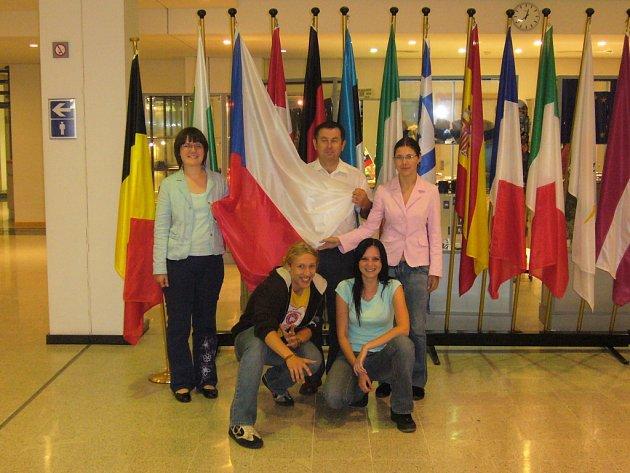 Tým studentů z 2.C Gymnázia J.V. Jirsíka v Evropském parlamentu: (zleva) Jana Chaloupková, Jan Chadt, Kateřina Hrubešová a Zuzka Kalinová. Uprostřed stojí učitel Vladimír Filip, který se stal morální podporou týmu.