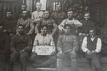 Z válečného povýšení se Josef Prášek dlouho neradoval. Na fotografii je v prostřední řadě úplně vpravo.