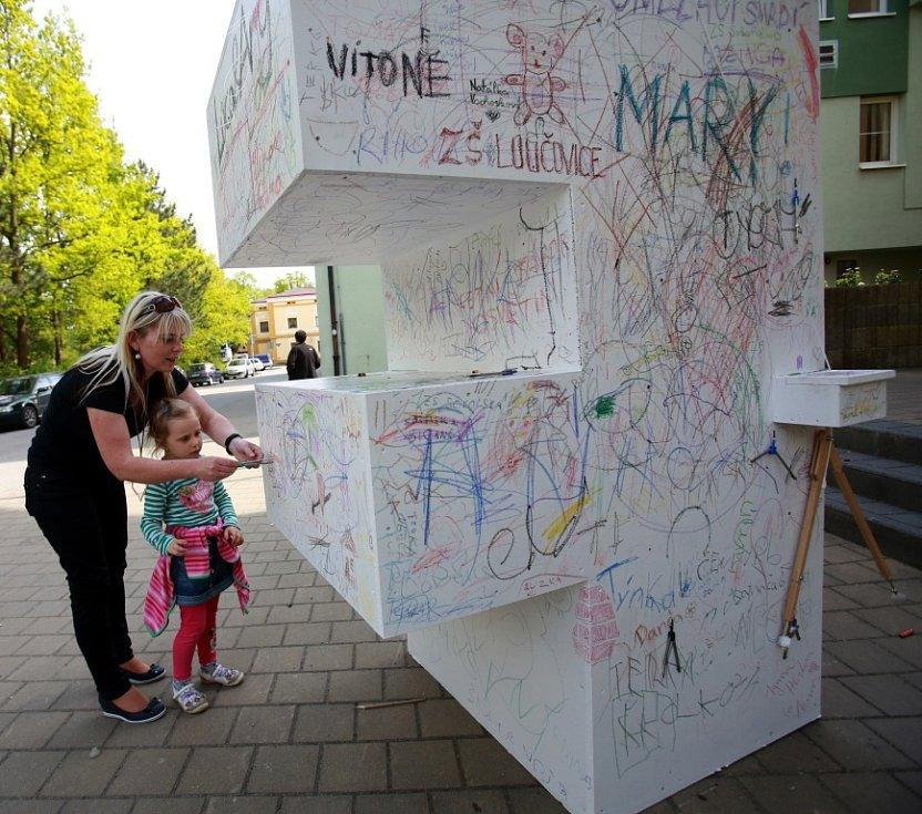 Anifilm 2014 v Třeboni. Po městě jsou rozmístěna obří písmena zz názvu festivalu, na která může kdokoli psát a kreslit.