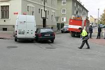 Ve čtvrtek čtvrt hodiny před desátou dopolední se srazila na křižovatce ulic Nerudova a Jírovcova v Českých Budějovicích Škoda Felicia s Fordem Tranzit.
