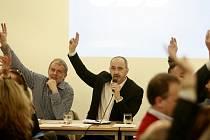 Účastníci regionálního sněmu strany zvolili v pondělí večer staronovým předsedou jihočeské ODS Martina Kubu (na snímku druhý zleva).