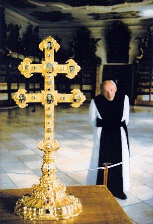 Na vzácném snímku je P. Xaver Švanda vklášteře ve Vyšším Brodě se zdejší významnou relikvií – Závišovým křížem.