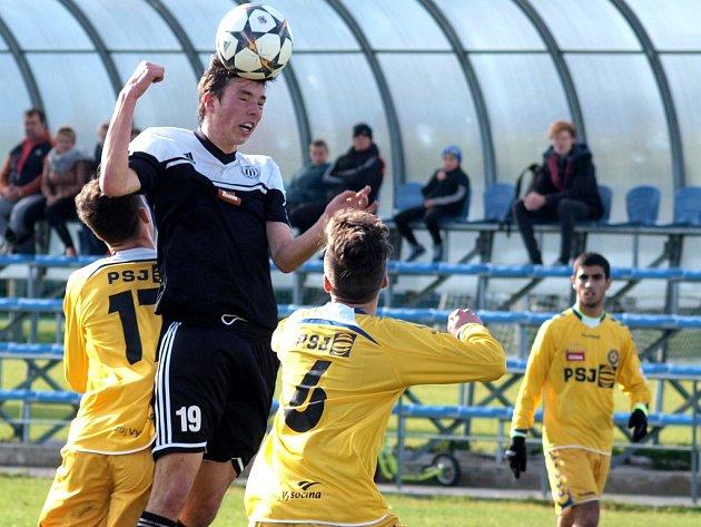 Jan Chylík (na snímku z duelu s Jihlavou) přispěl k výhře devatenáctky Dynama se Slavií 4:2 jedním gólem.