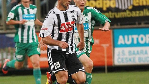 Martin Vyskočil v zápase Dynama s Bohemians Praha uniká Ptáčkovi.