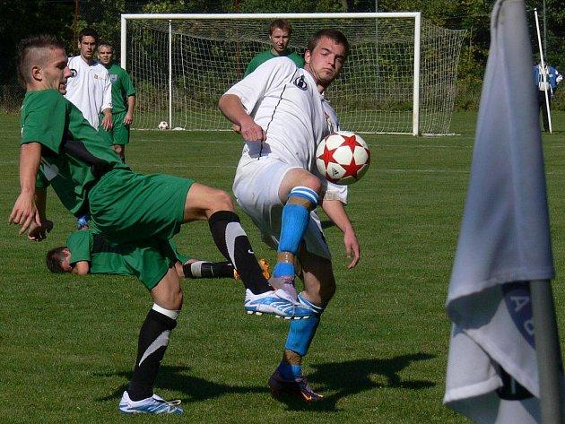 Záložník Bavorovic Jakub Nevosad (v bílém) se na podzim v duelu s Dobrou Vodou potkal v souboji se stejně starým Jiřím Alenkou. Mariner se rozešel v derby s D. Vodou smírně 1:1.