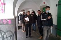 Fronta čekajících před oddělením budějovického magistrátu, kde se registrují automobily. Listopad 2020.