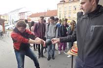 Zábavné fyzikální pokusy předvedou při zítřejším zážitkovém dni Dobrodružství s technikou na českobudějovickém výstavišti zástupci Jihočeské univerzity (JU). Snímek je z nedávné podobně zaměřené akce JU nazvané Fyzika na Lannovce.
