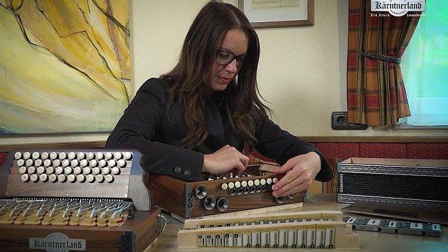 Stavitelka harmonik při práci.