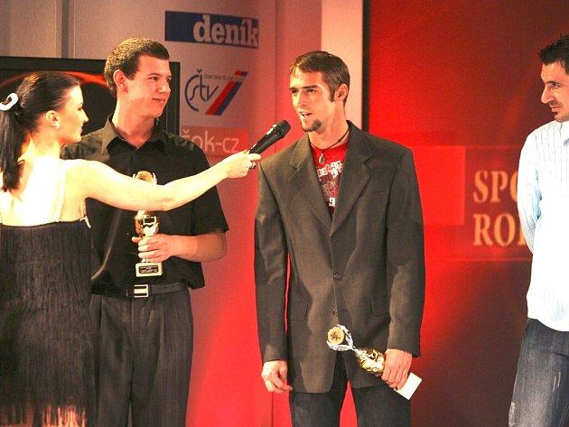 Motocyklový závodník Jakub Smrž byl už podeváté mezi desítkou nejlepších jihočeských sportovců.  Na snímku ze slavnostního vyhlášení ho zpovídá moderátorka večera Gábina Partyšová, pozorně naslouchá atlet Martin Říčař.