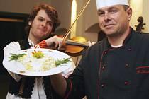 Šefkuchař českobudějovických Masných krámů Luděk Hauser ukazuje typické slovenské jídlo, bryndzové halušky, které vaří v rámci Dnů slovenské kuchyně