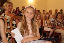 Na radnici si v pondělí přišlo 58 žáků ZŠ, kteří v letošním školním roce zazářili v různých oblastech.