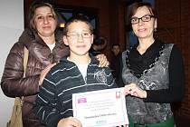 Dominik Orlovský (na snímku s maminkou Eliškou) si moc přál mít doma malířský stojan.