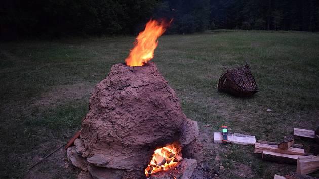 V pátek a v sobotu vypalovali v areálu památníku Jana Žižky z Trocnova keramiku vytvořenou návštěvníky červencové akce Středověké hrnčířství.