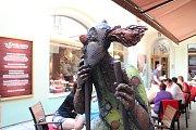 Výstava umění ve městě má vernisáž 15. 6. v Galerii Mariánská. Na snímku Klaun na chůdách Evy Roučky na dvorku restaurace Naše farma.