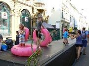 V centru Budějovic v sobotu vrcholí dvoudenní festival Město lidem, lidé městu. Z ulic zmizela auta, dlažbu přikryl umělý trávník a zastínily deštníky zavěšené ve výšce. Mezi domy se konají koncerty, módní přehlídky a další akce.