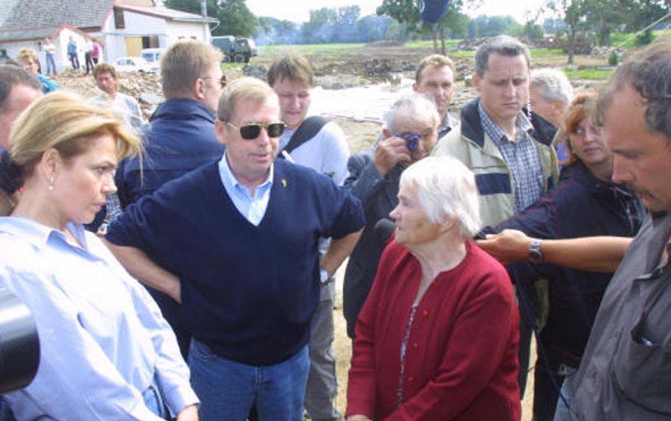 SRPEN 2002. Předmíř po opadu vody navštívil  prezident Václav Havel s manželkou.