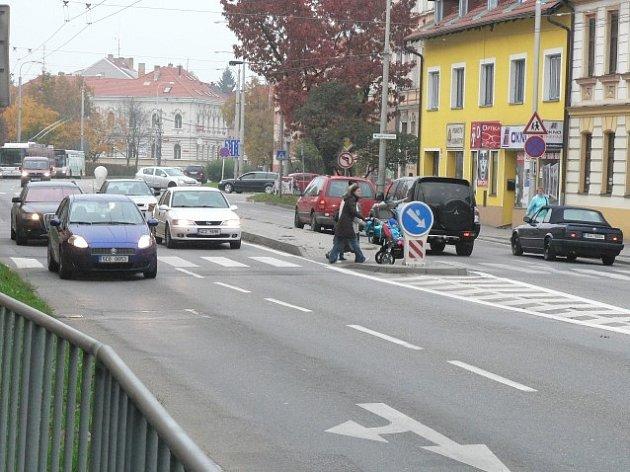 Zvlněná a záplatovaná vozovka Pražské třídy se v létě dočká opravy.