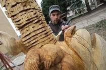 Skoro tři metry měří socha, kterou tvoří Jan Linhart. Lidé si ji budou moci prohlédnout v budějovickém zahradnictví.