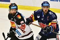 Českobudějovický odchovanec Roman Horák (vlevo v souboji s Ondřejem Slováčkem) se podílel na výhře Sparty nad Motorem (5:1) dvěma góly a dvěma asistencemi.