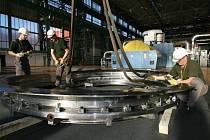 Pracovníci firmy ČEZ Energoservis skládají díly ve strojovně prvního bloku. Návoz dílů pro tuto unikátní operaci začal už v závěru minulého roku.
