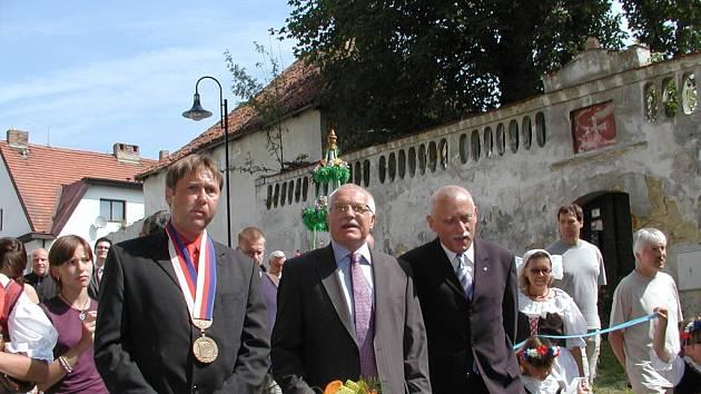 V Radomyšli na Strakonicku oslavovali titul jihočeská Vesnice roku předloni, vloni v červnu tam hostili prezidenta Václava Klause. Na snímku ho doprovází starosta Luboš Peterka a hejtman Jan Zahradník.