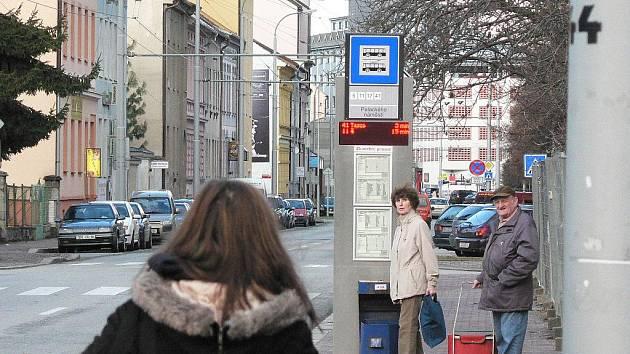 Nové displeje na zastávkách MHD v Českých Budějovicích ukazují občas s chybami.