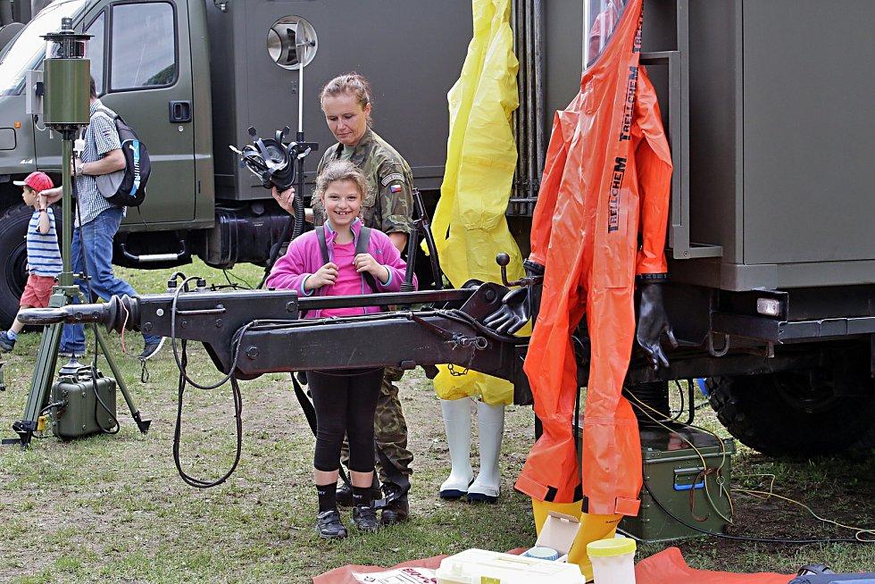 Děti si na Výstavišti prohlédly tanky a vyzkoušeli dát první pomoc.