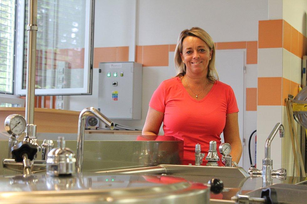 Provoz jídelny zajišťuje desítka kuchařek, včetně jejich vedoucí Renaty Pýchové. Na komplexní recepty jsou prý všichni zvyklí.