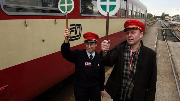 Ekofilm po 15 letech na jihu Čech končí. Stěhuje se do Ostravy. Na snímku z roku 2008 Jaroslav Dušek v roli výpravčího a průvodčího Ekofilmu.