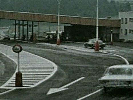 Muž zLondýna zachycuje příjezd aut na hraniční přechod ve Strážném.