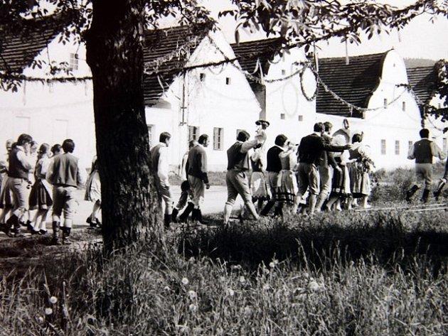 Snímky z natáčení filmu Prodaná nevěsta v Holašovicích.