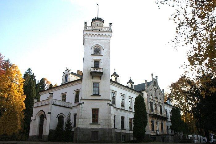 Snímek z natáčení televizního filmu Sněžná noc. Jistebnický zámek se stal ve filmu venkovským panským sídlem. Památka je v soukromých rukou.