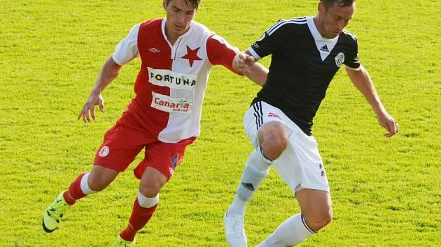 Jan Šimák v zápase Dynama se Slavií v Písku (0:2) uniká Hrubému.
