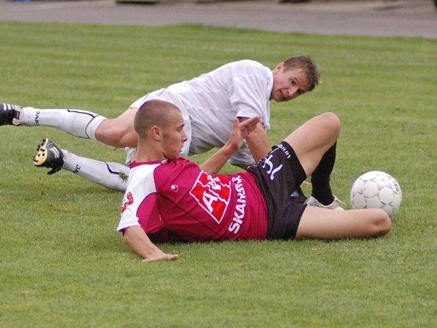 Pohárový zápas v Horažďovicích brali domácí až příliš prestižně: tvrdost domácího Picky pocítil i Tomáš Stráský.
