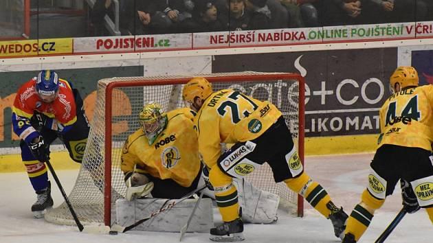 Martin Novák se snaží zasunout kotouč za záda vsetínského gólmana Davida Gáby, kterému spěchají na pomoc Jiří Drtina a Tomáš Pitule.