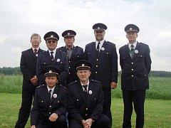 Všech osm dobrovolných hasičů z Krakovčic se minulý týden zúčastnilo zdejšího setkání rodáků.