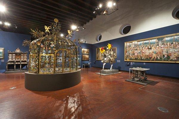 Výstava Hrady a zámky objevované a opěvované, která trvá do 15.března vJízdárně Pražského hradu. Na snímku zlacená a pestře zbarvená mříž studny zámku vJindřichově Hradci, kterou vytvořil na počátku 17.století kovář Andreas.
